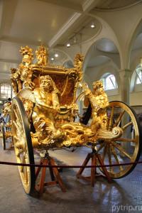 Золотая карета в Королевских конюшнях в Лондоне