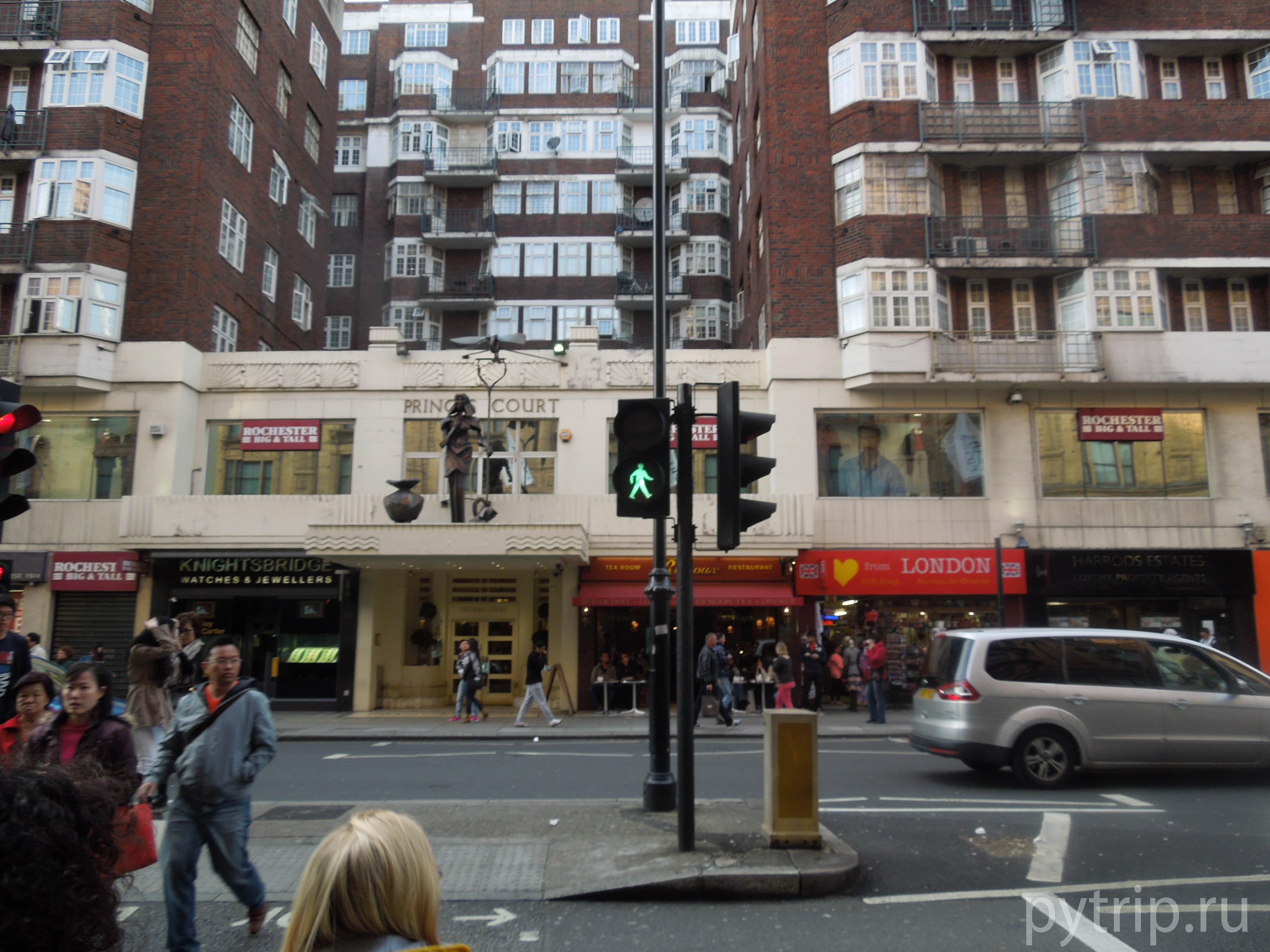 В Лондоне очень много светофоров. Вот только люди переходят все равно, как попало.
