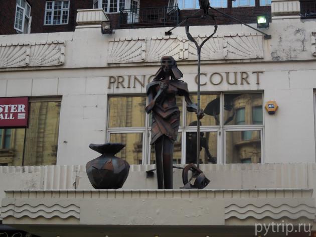 Занятная скульптура на здании