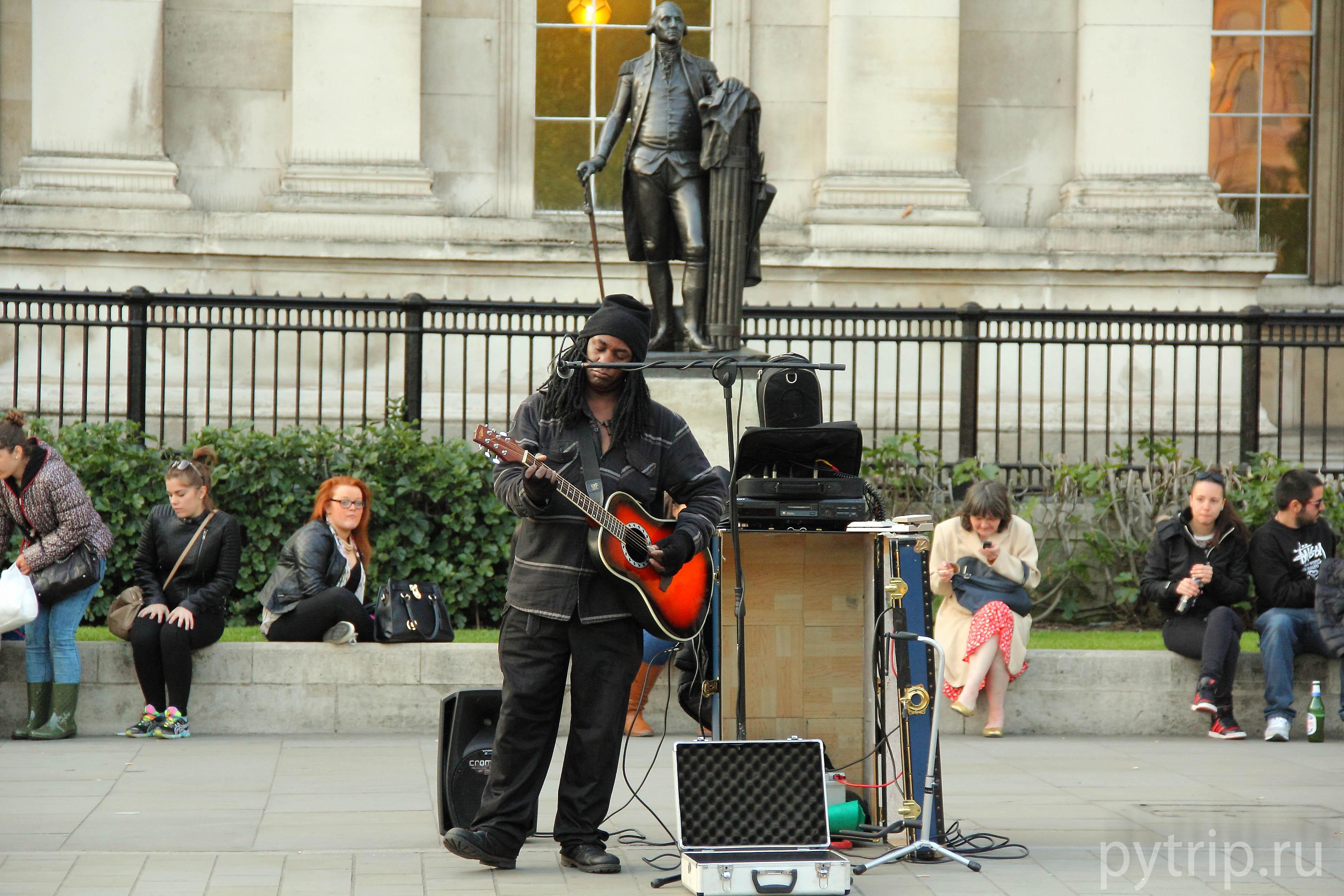 Обычный музыкант на площади