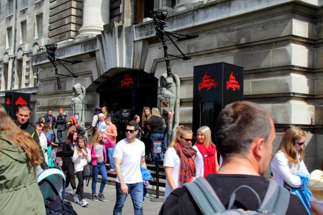 У входа в London Dungeon - табличка со временем. По ней можно проследить, когда наступит ваша очередь.