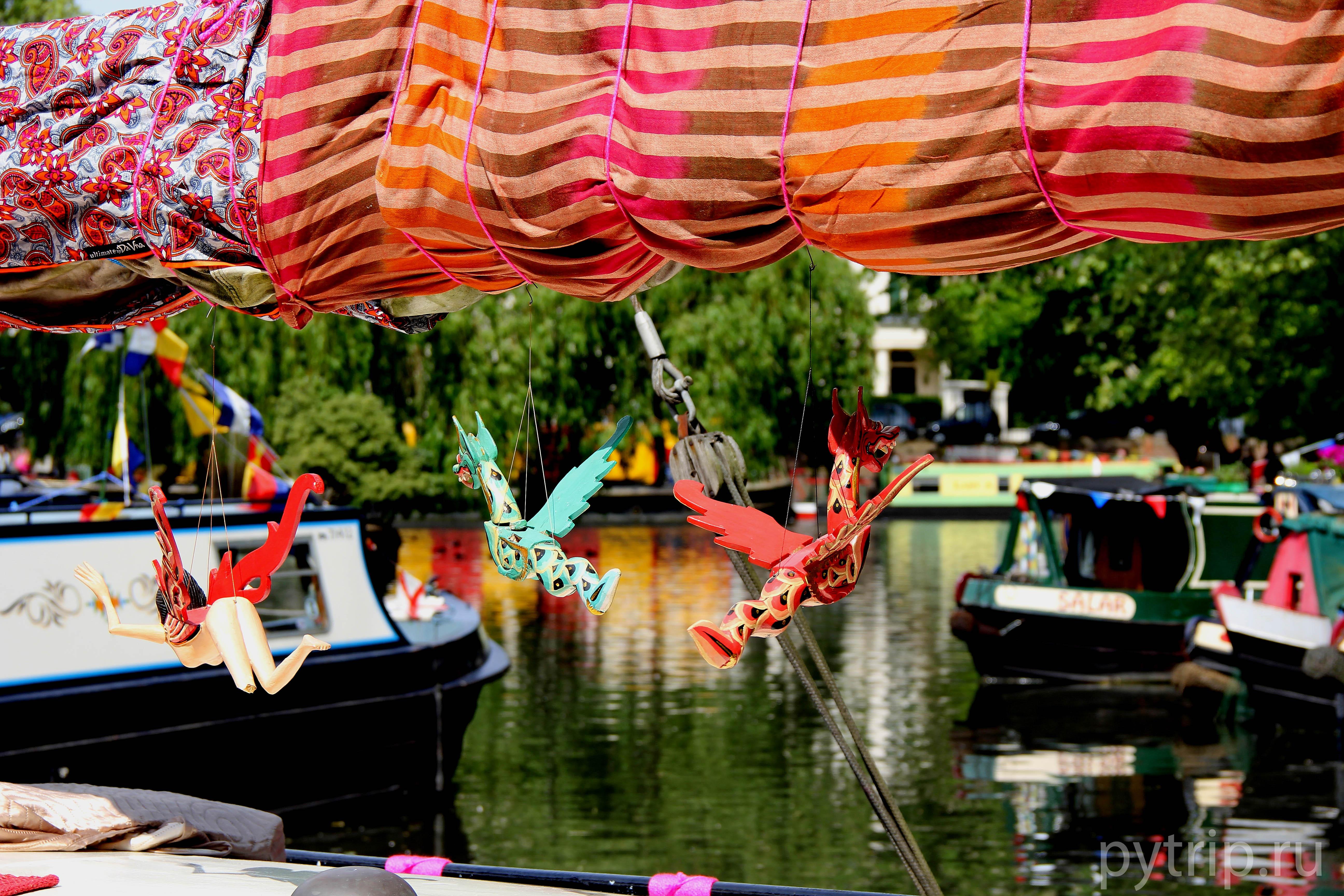 Украшения на лодках очень яркие и красивые.