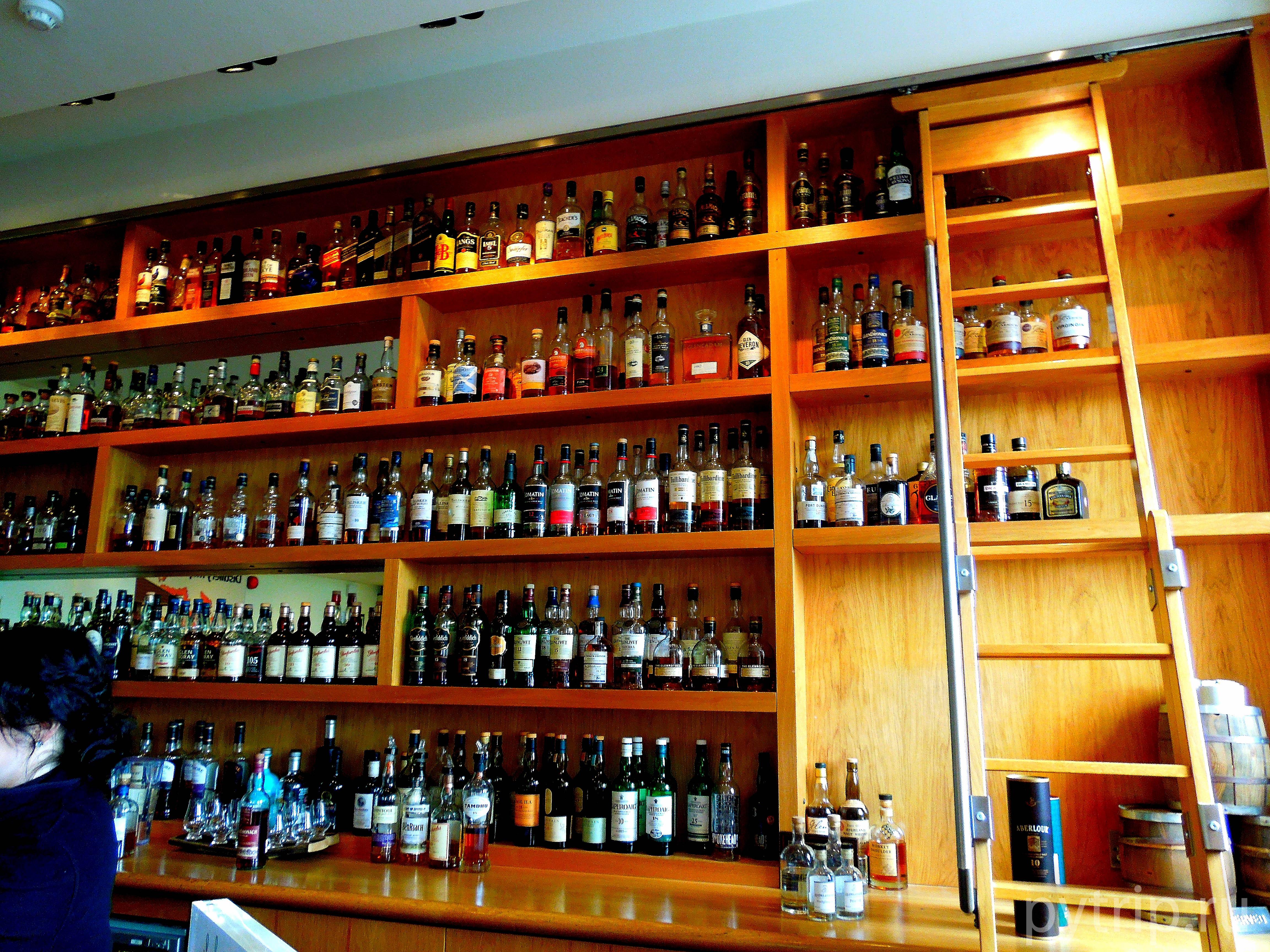 Разнообразие виски в баре