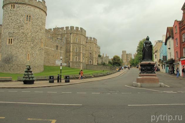 По дороге к замку, мы натолкнулись на памятник королеве Виктории.