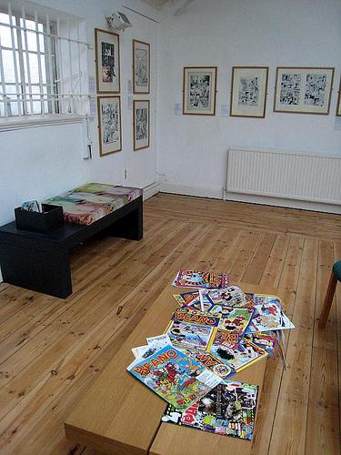 стол в музее карикатур