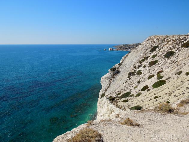 Камни Афродиты вдалеке