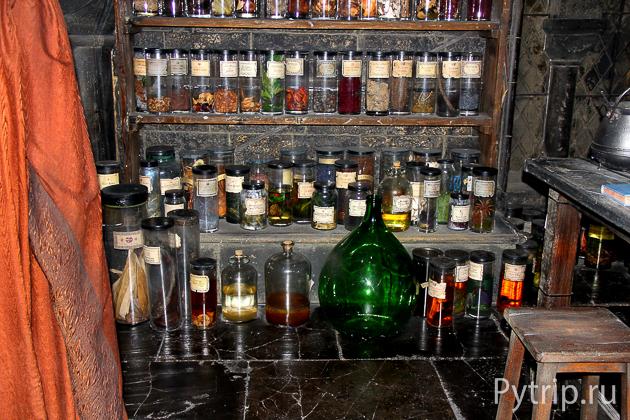 Склянки в кабинете зельеварения
