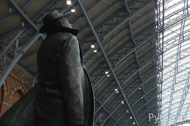 Памятник Джону Бетжемену на Сент Панкрас