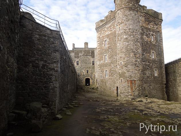 Двор замка Блэкнесс фото