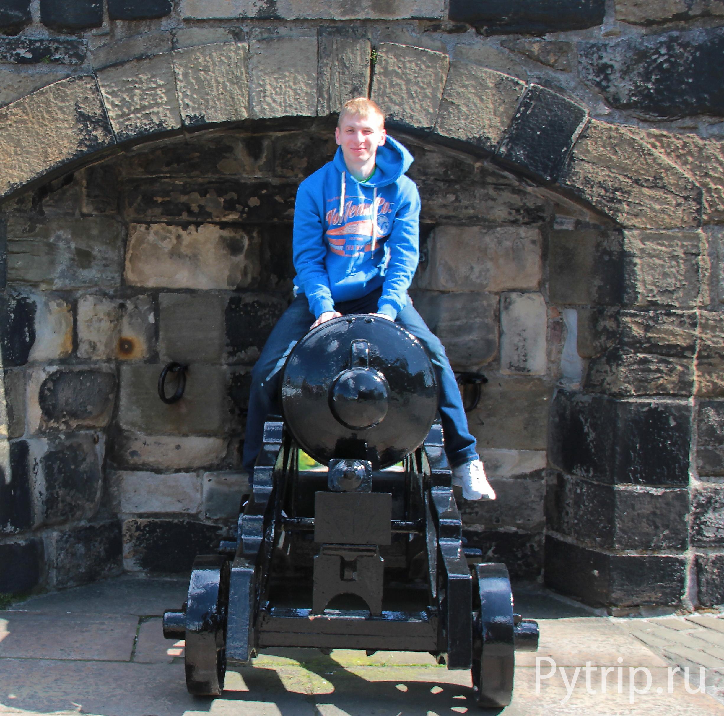 На пушке в замке Эдинбург